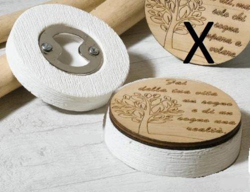 Apribottiglie resina con legno decorato e scatola. CM 7.5 MADE IN ITALY
