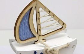 Barca a vela in legno con applicazioni marinare.