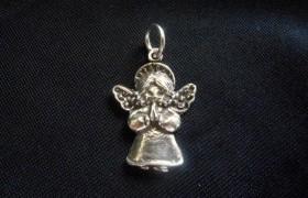 Ciondolo angelo in preghiera in ottone con bagno in argento