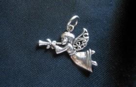 Ciondolo angelo suonatore in ottone con bagno in argento